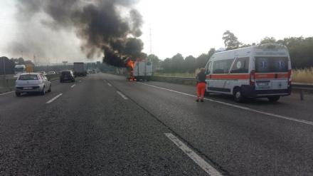 COLLEGNO - Furgone va a fuoco in tangenziale, e il traffico va in tilt
