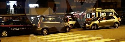 VENARIA - Follia in via Trento: apre la finestra e lancia un tavolo in strada. Unauto colpita