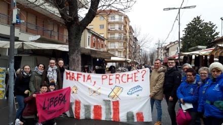 VENARIA - «Mafia, perchè?»: successo per il flash-mob del presidio di Libera del liceo Juvarra