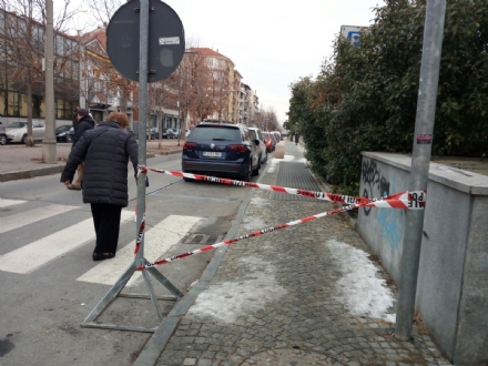 VENARIA - MARCIAPIEDI GHIACCIATI: Donna scivola e cade a terra, trasportata in ospedale
