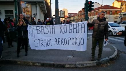 VENARIA-BORGARO - Trecento persone per dire «basta» ai roghi e al degrado di strada Aeroporto