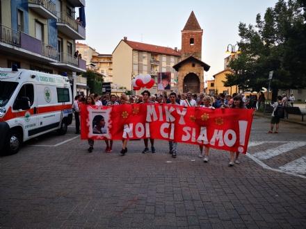 ALPIGNANO/RIVOLI - Oltre 200 alla fiaccolata per ricordare Michele Ruffino e dire