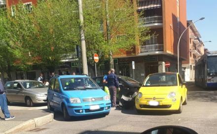 VENARIA - Incidente in via Barbi Cinti: due auto coinvolte. Traffico in tilt