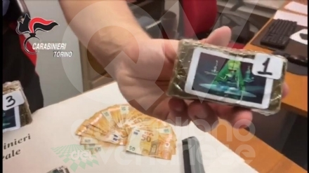 VENARIA - Il lavavetri spacciava droga al semaforo: arrestato dai carabinieri