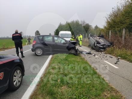 BORGARO - Scontro fra due auto in via Santa Cristina: una si ribalta, due feriti