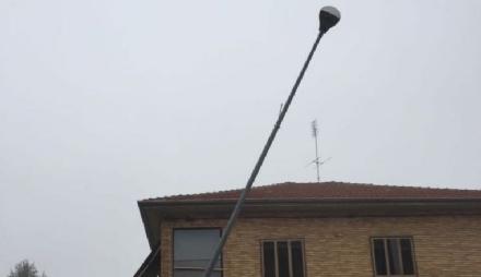 MAPPANO - Palo della luce pericolante in via Rivarolo: tra le cause un incidente nella notte