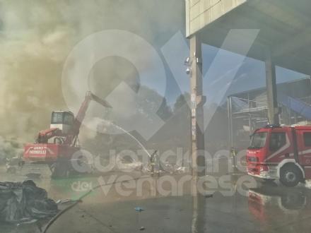 MAPPANO - Colonna di fumo nero: a fuoco i rifiuti in una ditta di via Donatello