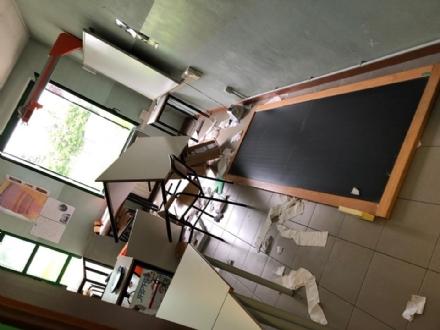 VENARIA - Vandali in azione alla succursale Lessona: 10mila euro di danni