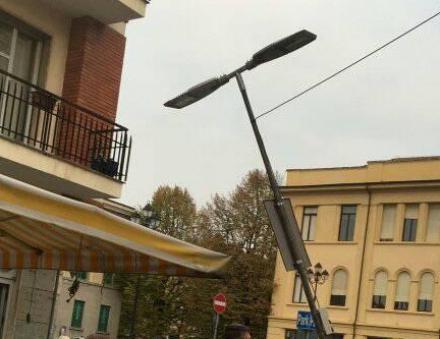 VENARIA - Il furgone in manovra colpisce il palo della luce: forti disagi al mercato