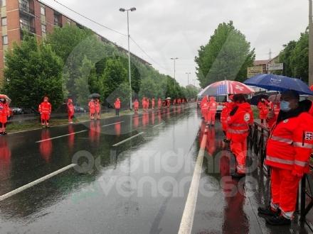 RIVOLI - Ambulanze con sirene accese e un lungo applauso: la «Verde» ha salutato Lorenzo Grandis