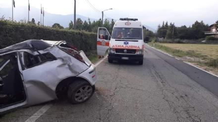 ROBASSOMERO - Paura in via Fiano: auto esce fuori strada, una persona rimasta ferita