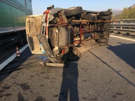 RIVOLI - Furgone si ribalta allimprovviso in autostrada: ferito il conducente