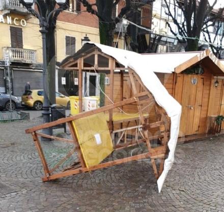 RIVOLI - Imbecilli in azione: vandalizzato il centro storico e il Villaggio di Babbo Natale