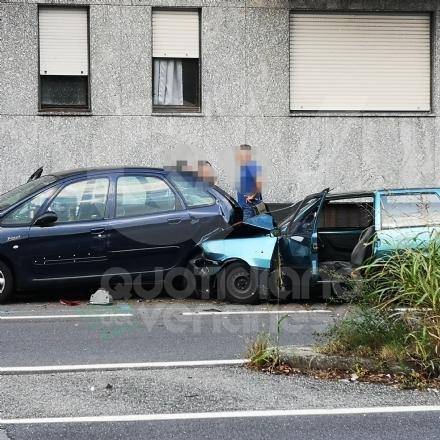 VENARIA - Perde il controllo dellauto, provoca un incidente e un tamponamento a catena: ferita