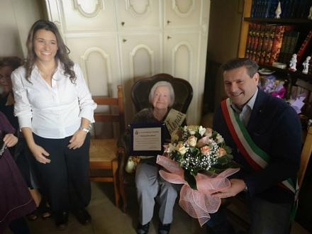 BORGARO - Fiori e una targa per i cento anni di Anna Dellavalle