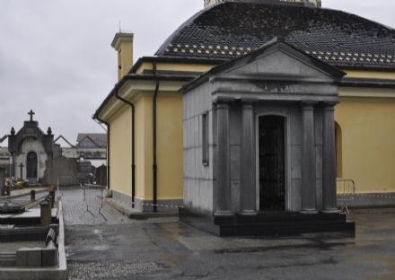 VENARIA - Ladri al cimitero: rubati nuovamente i fiori dai loculi