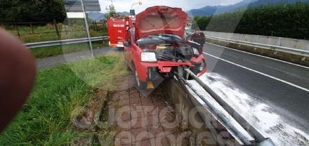 INCIDENTE SULLA SP2 - Auto esce di strada e si infila nel guardrail - FOTO