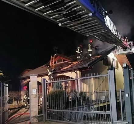 GIVOLETTO - A fuoco il tetto di unabitazione in via Dei Fiori