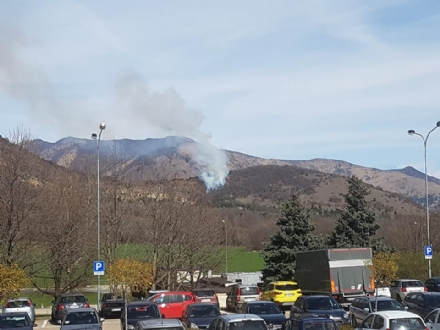 VAL DELLA TORRE-CASELETTE - Incendio boschivo: Aib e pompieri in azione per spegnerlo