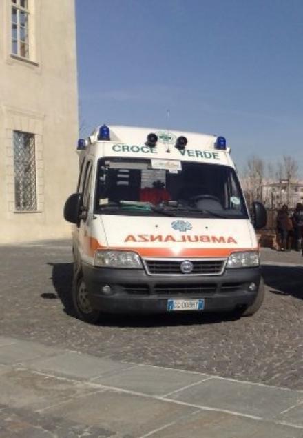 VENARIA - Perde il controllo del mezzo elettrico, che finisce fuori strada e poi addosso: in ospedale