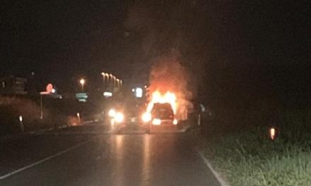 PIANEZZA-DRUENTO - Auto a fuoco mentre è in marcia