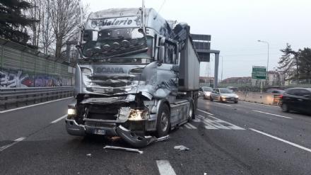 INCIDENTE IN TANGENZIALE - Si schiantano due mezzi pesanti: lunghe code e caos