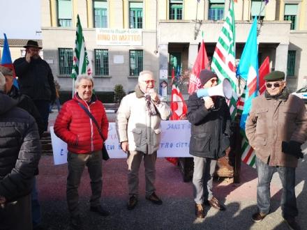VENARIA - Protesta dei sindacati sotto il municipio: «Sui trasporti per il nuovo polo sanitario intervengano Regione e Prefetto»
