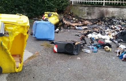 MAPPANO - Incendio distrugge unauto e dei cassonetti in via Rivarolo: potrebbe essere doloso