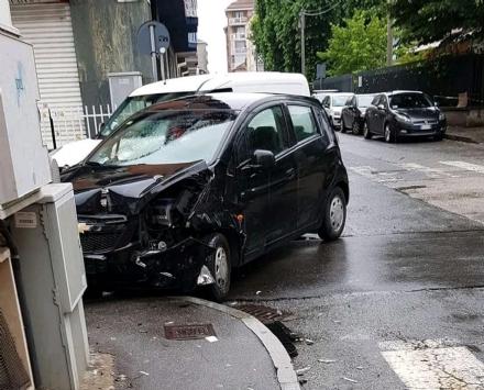VENARIA - Incidente al solito incrocio: due auto coinvolte e due donne in ospedale