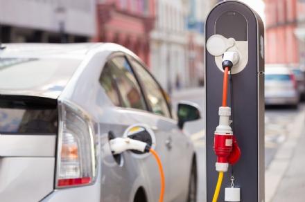 VENARIA - Un bando per linstallazione delle colonne di ricarica per auto elettriche e ibride