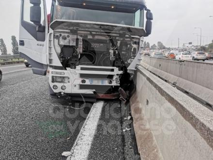 RIVOLI - Incidente in tangenziale: tre mezzi coinvolti e code per oltre 10 chilometri