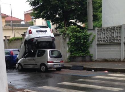 VENARIA - Perde il controllo dellauto e sinfila sotto unaltra parcheggiata: donna in ospedale
