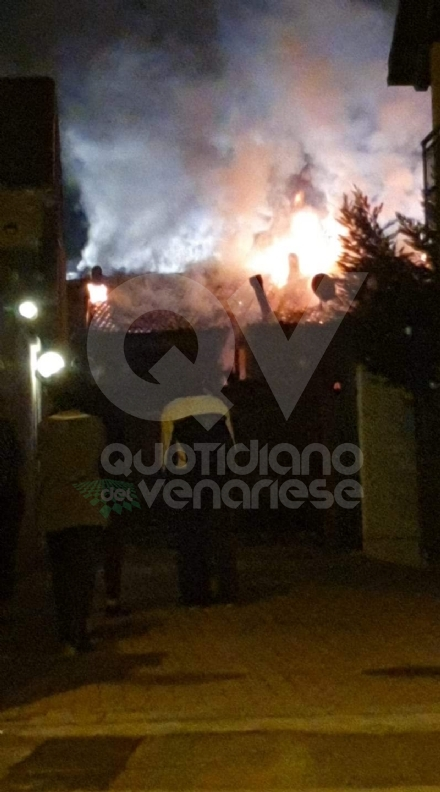 GRUGLIASCO - Incendio in una palazzina di via La Salle: pompiere ferito, famiglia evacuata