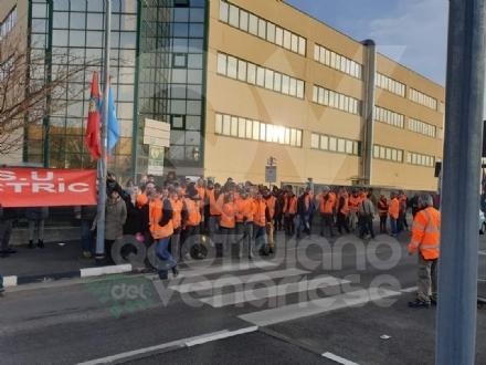 VENARIA - I lavoratori della Schneider in sciopero: 18 dipendenti in esubero