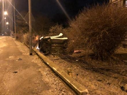 DRUENTO - Esce di strada e si abbatte sulla cancellata dellabitazione: miracolosamente illeso
