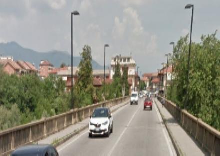 ALPIGNANO - Il ponte nuovo sul torrente Dora è pericolante: chiuso per i soli veicoli