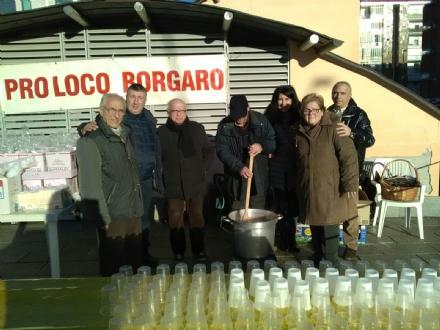 BORGARO - Oggi pomeriggio i Babbi Natale «scenderanno dal cielo» in piazza della Repubblica