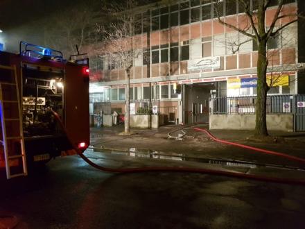 GRUGLIASCO - Incendio nella carrozzeria: quattro auto distrutte dalle fiamme. Giallo sulle cause