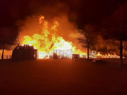 RIVOLI-GRUGLIASCO - Raffica di incendi nella notte: a fuoco una cascina, unauto e dei bancali