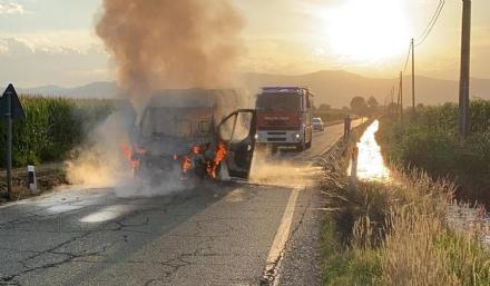 CASELLE - Furgone in fiamme in strada Goretta: intervento dei vigili del fuoco