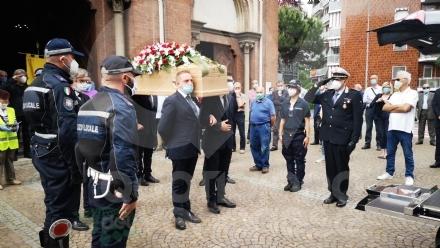 VENARIA - Tanti amici nella chiesa di Altessano per «lultima tappa» di Giuseppe Cainero