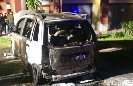 BORGARO - Auto bruciata in viale Martiri: i carabinieri non escludono latto doloso