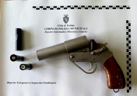 TORINO-BORGARO - Blitz dei vigili: al campo nomadi armi e auto rubate - FOTO