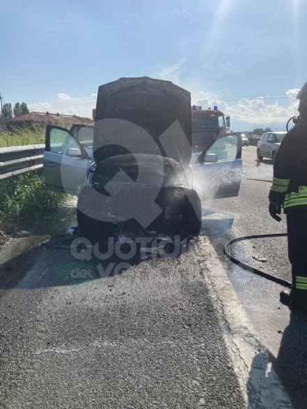 TORINO-VENARIA - Auto prende fuoco mentre é in marcia in tangenziale: famiglia ne esce indenne