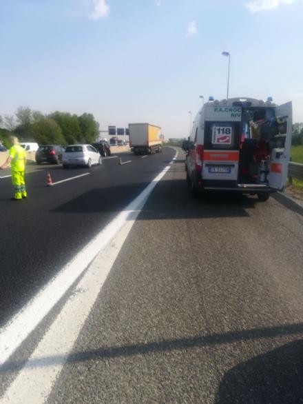 RIVOLI - Moto e auto si scontrano: due centauri finiscono in ospedale