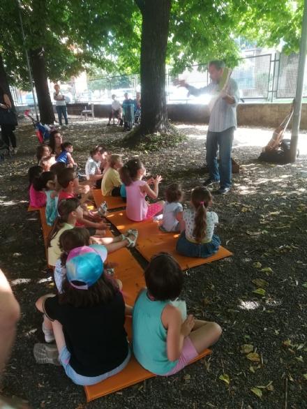 VENARIA - Al parco di via Cavour ecco «A piedi nudi nel parco»: i bambini si avvicinano alla lettura