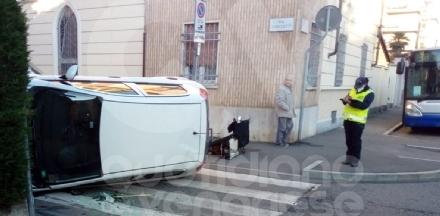 COLLEGNO - Scontro fra due auto in via Minghetti: auto si ribalta, finendo su un fianco