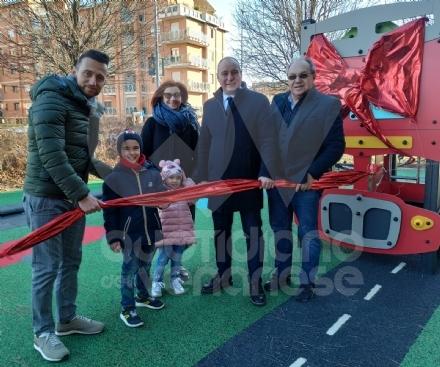 COLLEGNO - Babbo Natale arriva in anticipo: nuovi giochi nel giardino «Antonino Monaco»