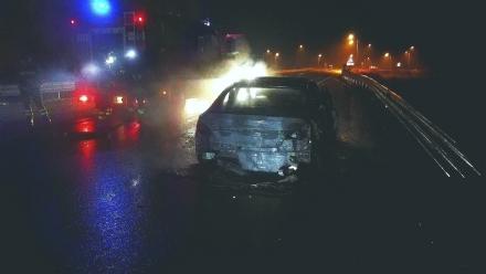 VENARIA-BORGARO - Attimi di paura: auto prende fuoco allimprovviso lungo la Circonvallazione