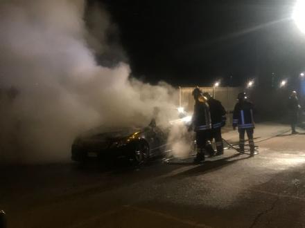 BORGARO - Auto in fiamme in via Cadorna: illesi conducente e passeggero